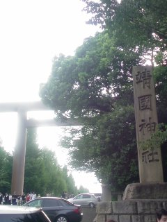 靖国神社拝殿前は大混雑